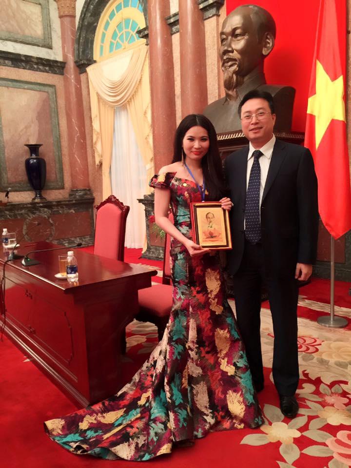 Giám đốc Cao Thị Thùy Dung và ông Bùi Trường Giang - Vụ trưởng vụ tổng hợp văn phòng chính phủ