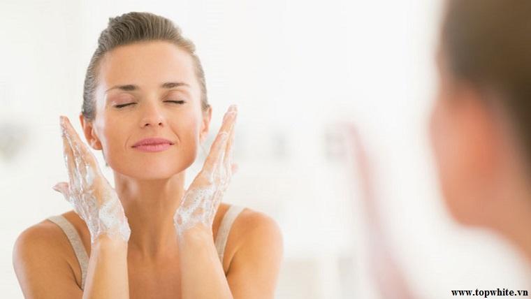Top White khuyên bạn dùng sữa rửa mặt dịu nhẹ làm sạch da