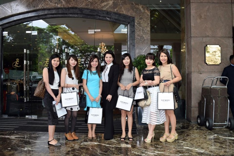 TGĐ Cao Thị Thùy Dung trong buổi tập huấn Đại lý Top White tại Singapore